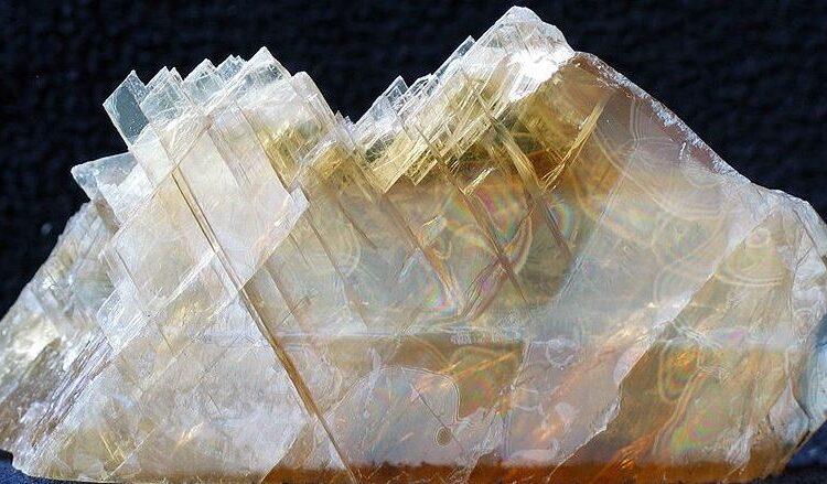 imagen de una piedra de yeso crudo, link de la imagen https://commons.wikimedia.org/wiki/File:Gips_-_Lubin,_Poland..jpg#filelinks